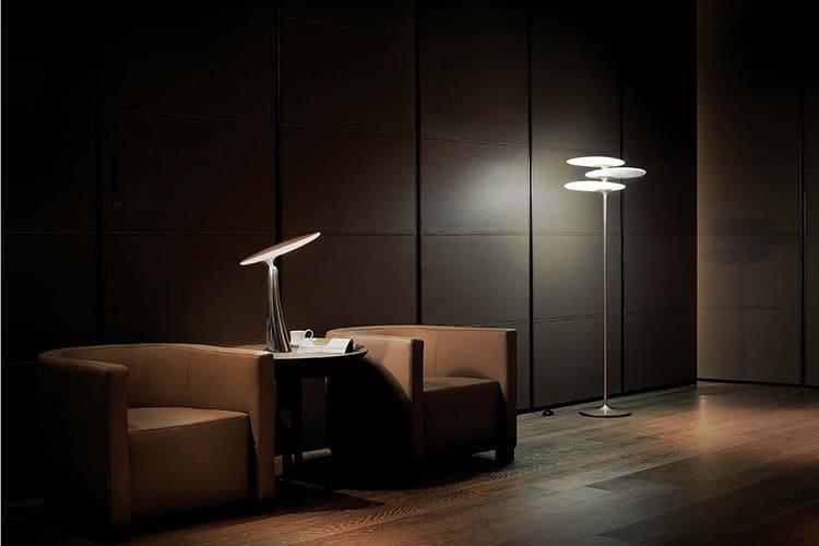 Как дополнение, вполне уместна строгая настольная лампа или торшер