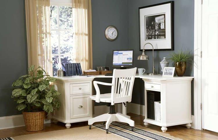 Компьютерный стол из натуральной древесины в классическом стиле