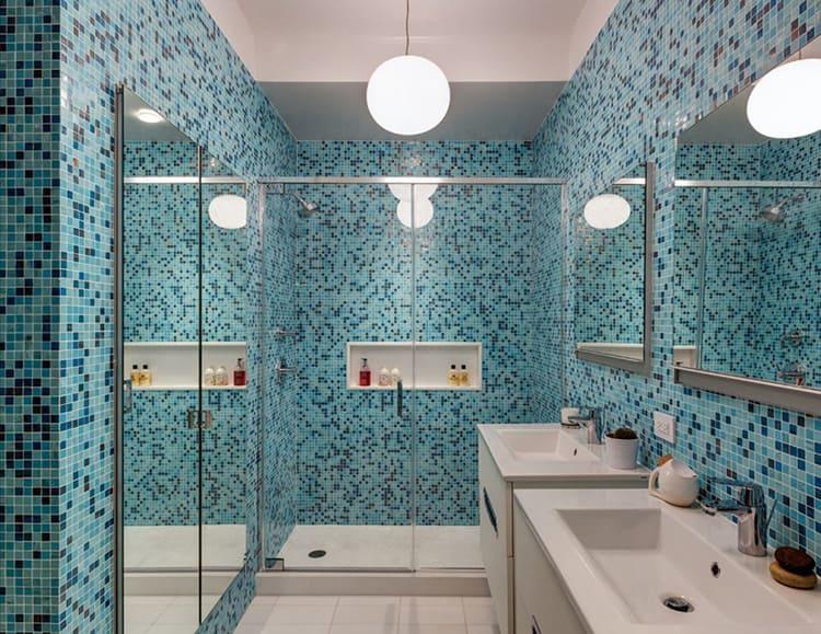 Неплохой вариант – мелкая мозаика в чистом виде или в комбинации с более крупной плиткой.