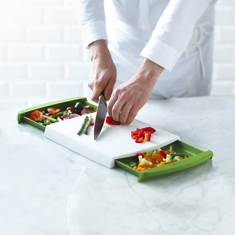 В моделях с двумя лотками найдутся места и под отходы, и под овощи.