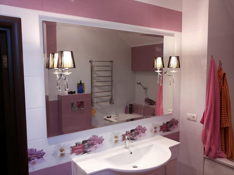 Используйте большие зеркала для увеличения пространства и освещённости, применяйте встроенные светильники по периметру зеркала.