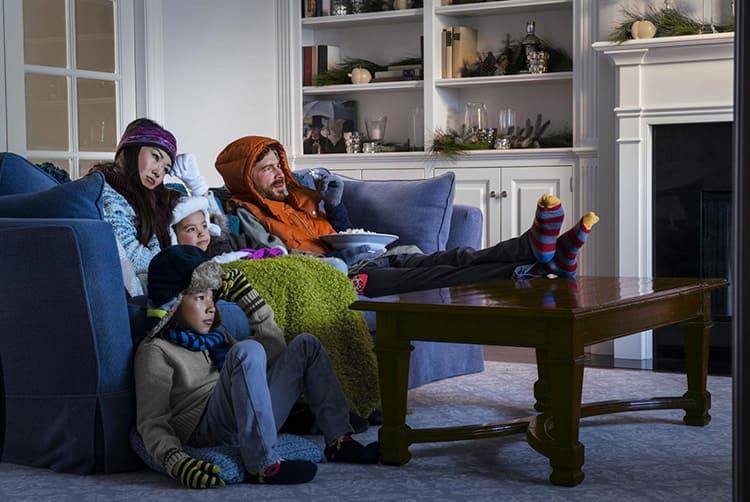 Чтобы не замёрзнуть в квартире нужно обязательно одеться потеплее.