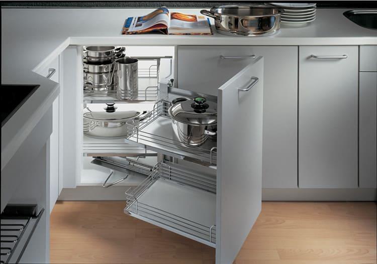 Пространство внутри кухонного шкафчика должно быть организовано правильно.