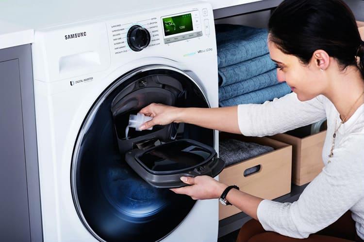 Дополнительная дверка поможет добавить бельё или моющее средство