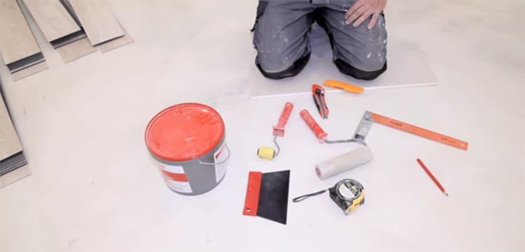 Какой инструмент потребуется – зависит от вида плитки ПВХ.