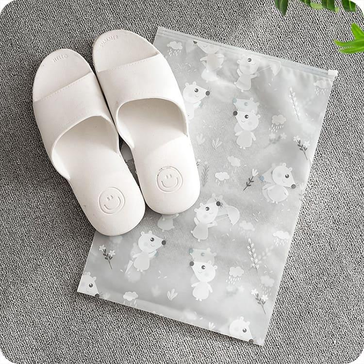 Сумочка из плотного долговечного полиэтилена предохранит вашу обувь от пыли.