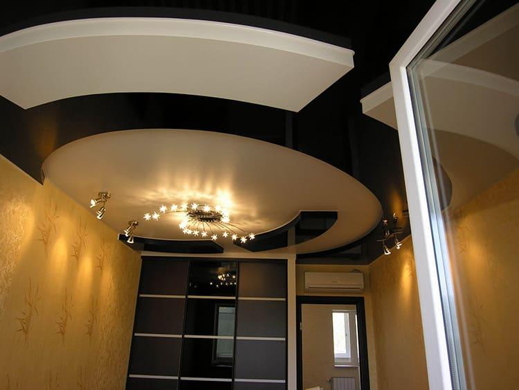 Конструктивное исполнение двухуровневых натяжных потолков может существенно отличаться