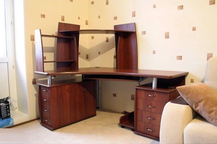 Площадь углового стола и надстройки позволяют разместить всё необходимое оборудование
