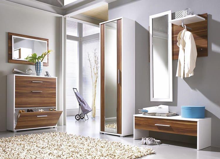 Визуального увеличения пространства можно достигнуть зеркальными вставками
