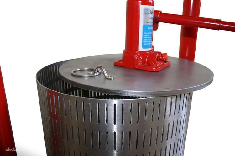 Усилие от ручного гидравлического пресса может достигать пяти тонн. Такое давление позволяет получить максимальный выход сока.