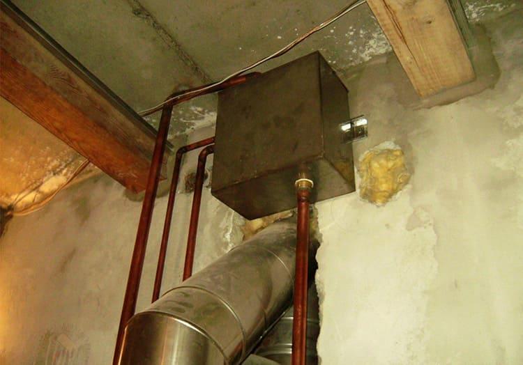 Открытые бачки устанавливают только в верхней точке системы, обычно это под потолком или на чердаке дома.