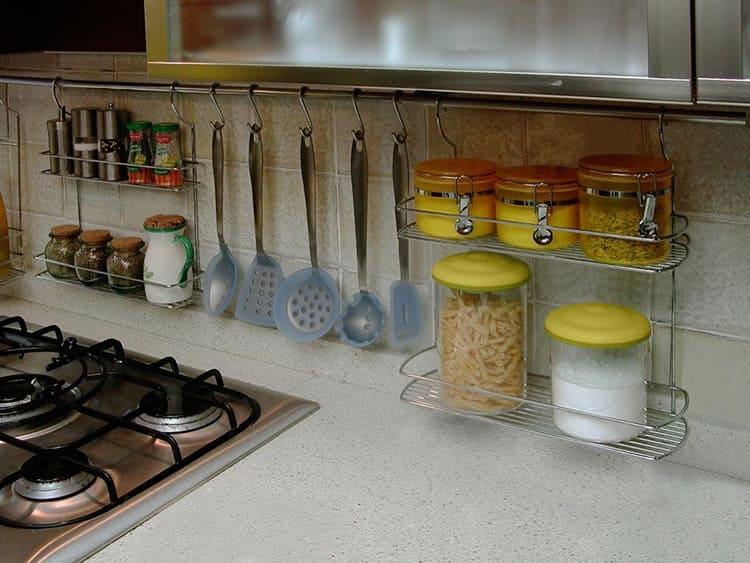 Специи, лопатки, шумовки и половники, размещённые у плиты, облегчат процесс приготовления пищи