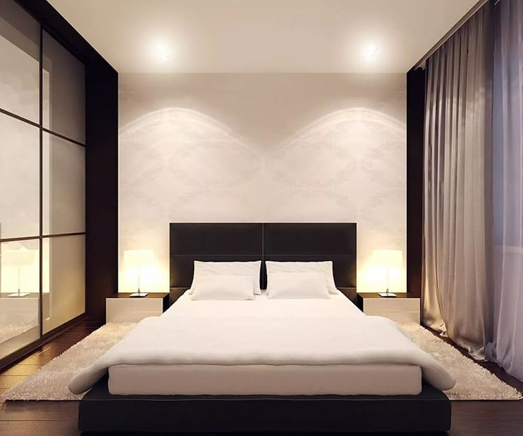 Кровать строгой формы с высоким изголовьем и стилизованными тумбочками по бокам