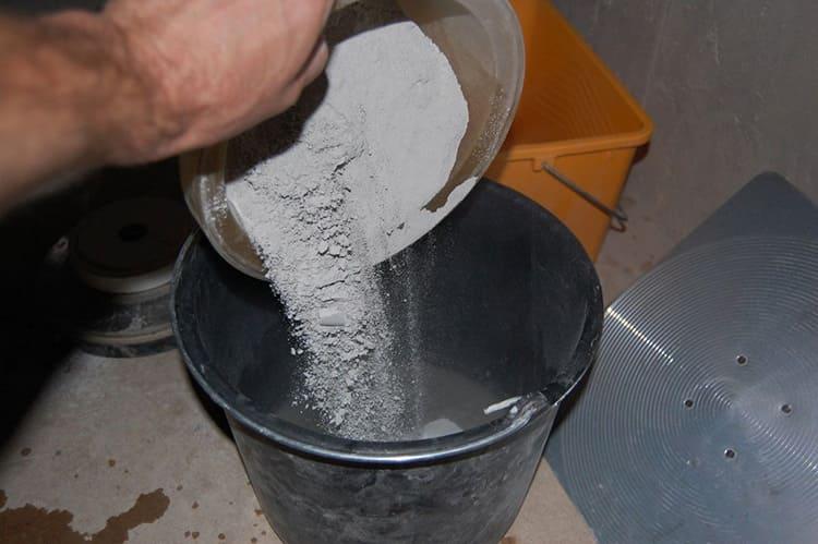 Сухие смеси перед нанесением смешивают с водой.