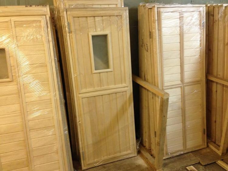 Деревянная дверь прочнее, долговечнее и лучше держит тепло, но они стоят дорого