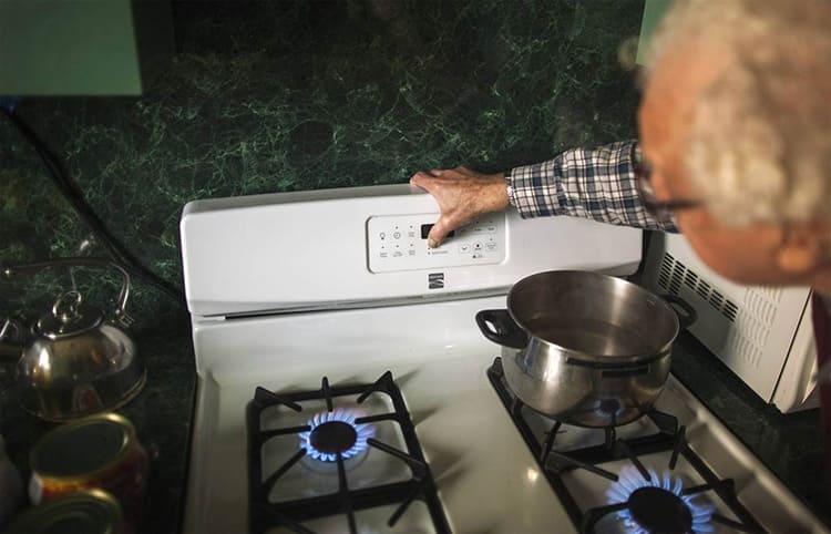 Обогреваясь газовой плитой нужно быть очень осторожным.