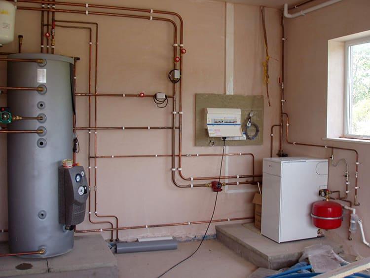 Резервуар открытого типа вы можете соорудить своими руками, а закрытые баки бывают только заводского изготовления.