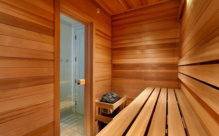 Для двери в сауну лучше выбирать ручку из натурального дерева
