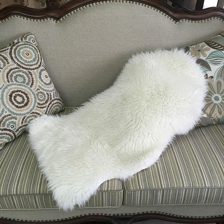 Прикрыть дефект обивки и обеспечить вам комфорт может вот такая искусственная овчинка.