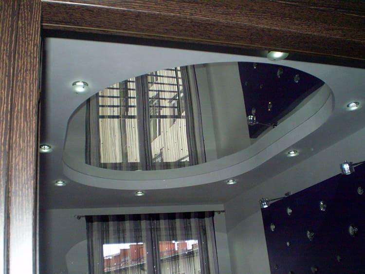 Зеркально полотно призвано увеличить площадь помещения