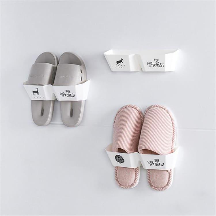 Пластиковые вешалки для обуви крепятся на стену с помощью двухстороннего скотча.