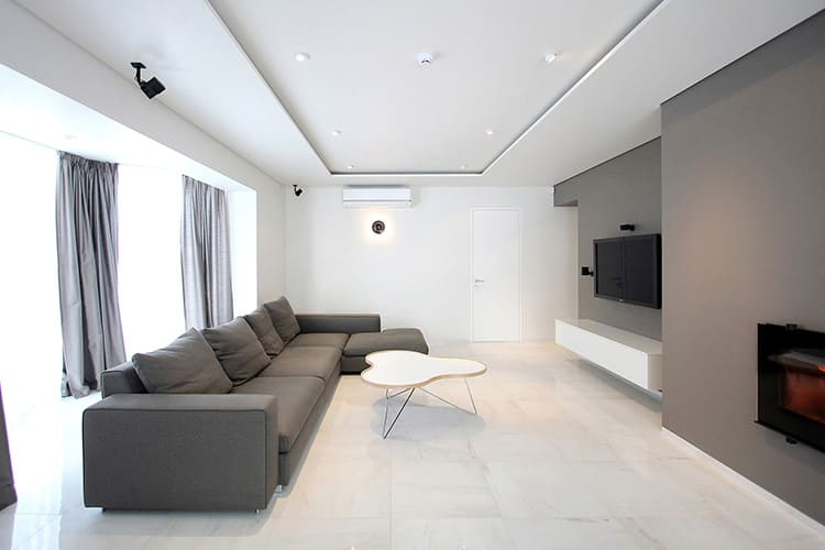 В данной стилистике, вполне уместным, будет потолочное покрытие в двух уровнях