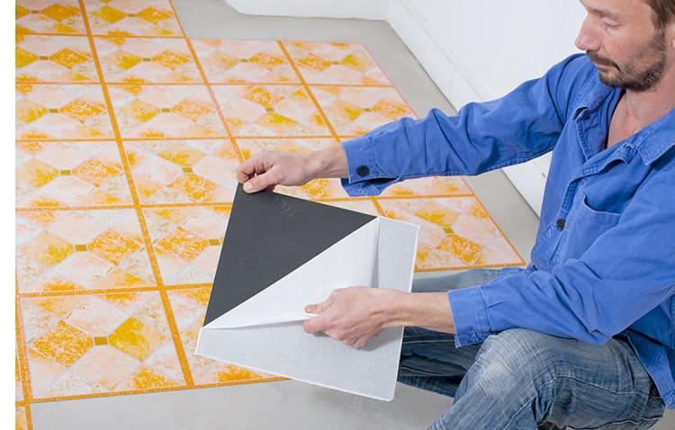 Для укладки самоклеющейся плитки ПВХ достаточно удалить защитную пленку.
