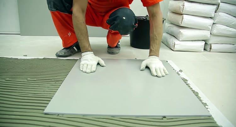 Чем больше плитка, тем выше требования к клею.
