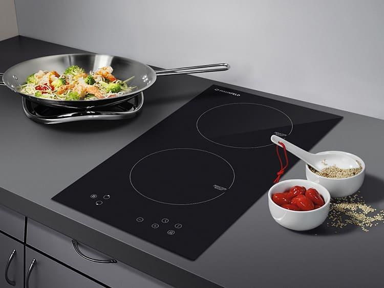 Панель можно встроить практически в любой интерьер кухни