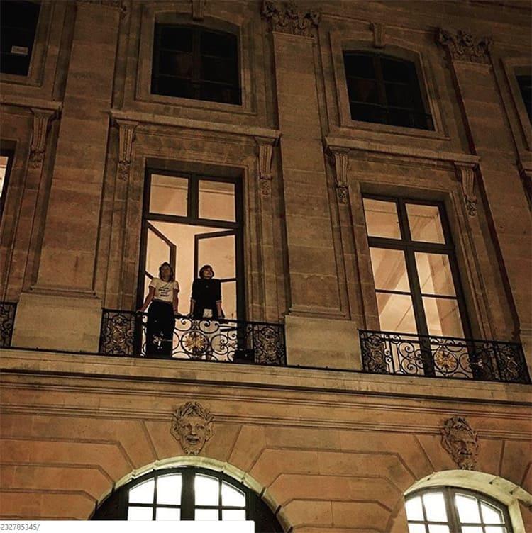 Через открытый балкон просматривается пятиметровая высота гостиной.