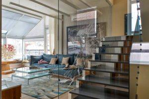 Толстая стеклянная перегородка отделила лестницу от гостиной