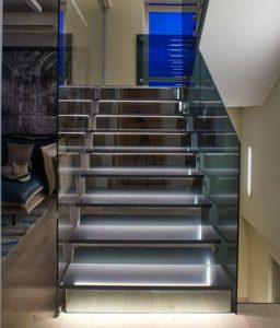 Ступеньки лестницы выполнены из кварца
