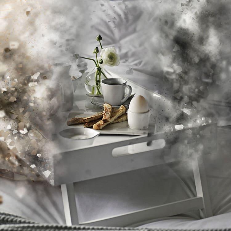 Как приятно подольше понежиться в постели, при этом пить кофе и лакомиться круассаном