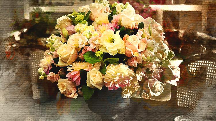 Букет цветов на столе, настоящих или искусственных, способен полностью изменить привычную обстановку