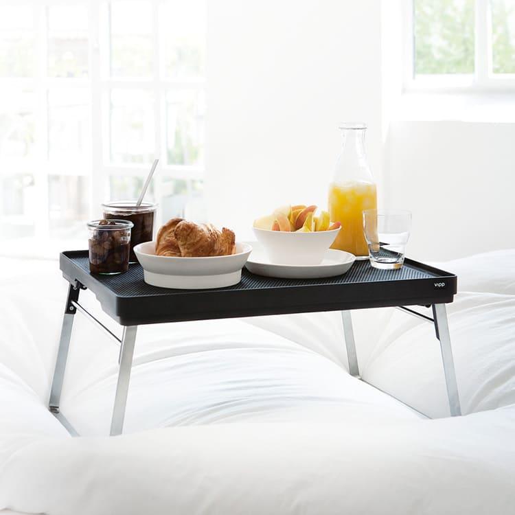 Такой столик хорош не только для завтрака в постели, но и для пикника