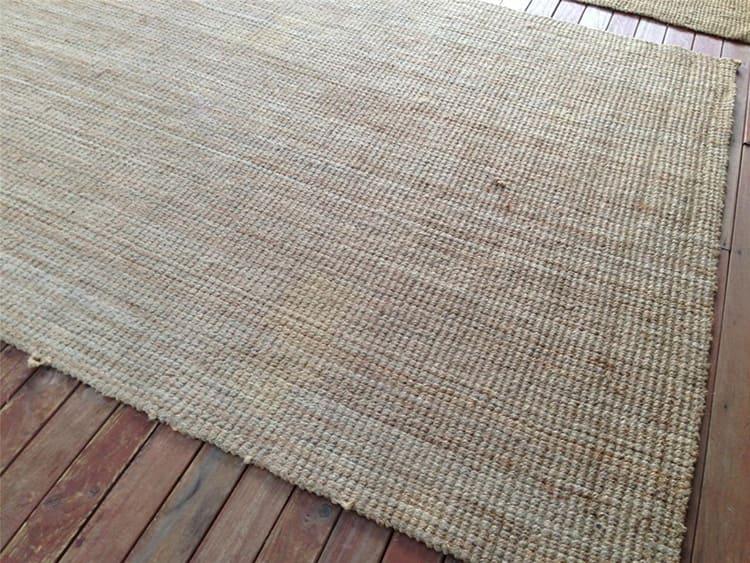 В продаже можно встретить покрытия, изготовленные из сушёной рисовой соломы, они обычно более жёсткие и без характерного запаха