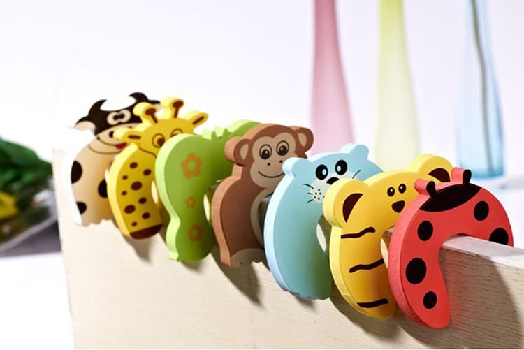 Для крошек используйте разные накладки, которые защитят их пальчики от прижимания и скроют все опасные углы