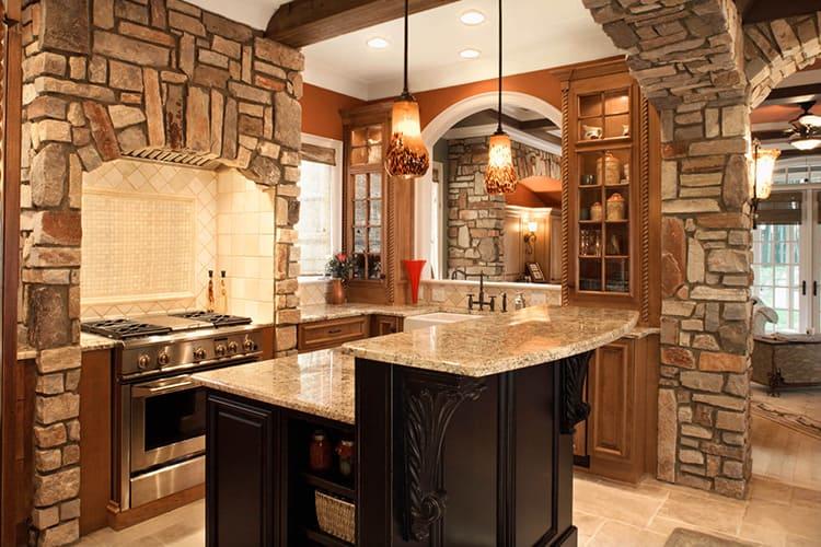 Сельский дизайн также прекрасно смотрится с фактурной штукатуркой, кирпичной или каменной кладкой
