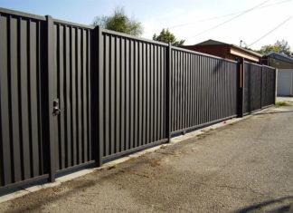 Доступность и стиль: забор из металлопрофиля актуален в любой ситуации