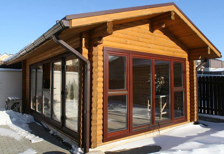 Для изготовления деревянных окон со стеклопакетами могут использоваться различные материалы