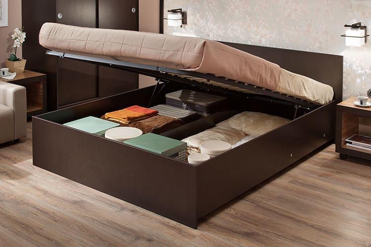 Чтобы сложить вещи, надо поднять спальное место