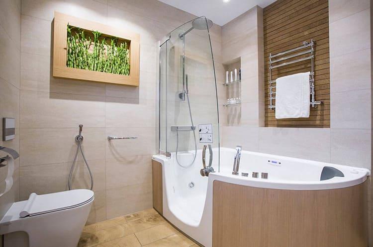 Ванная комната, совмещённая с туалетом, облицованная плиткой