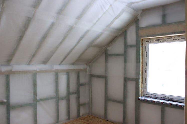 При строительстве позволяет утеплить различные поверхности