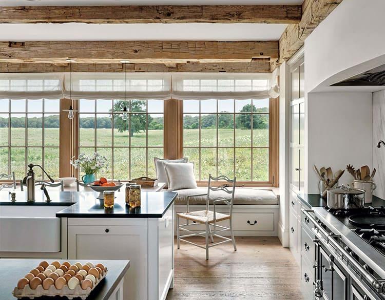 При достаточной площади кухонного пространства уместно «французское окно» во всю стену с множеством переплетов