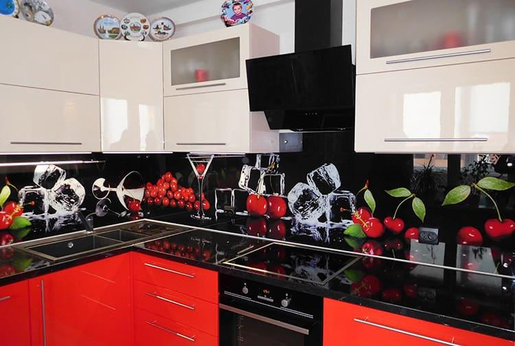 Рисунок на скинали способен кардинально преобразить любую кухню