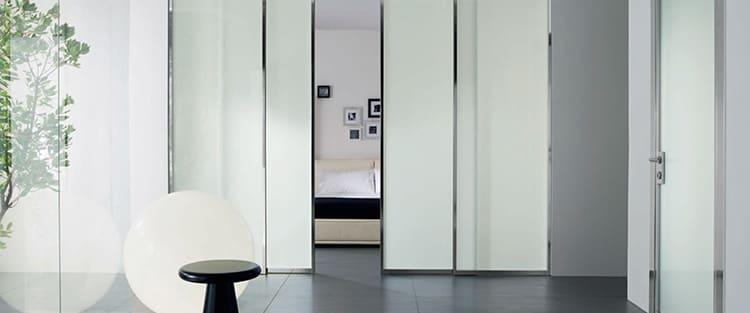 Лаконичные двери со стеклянными матовыми вставками