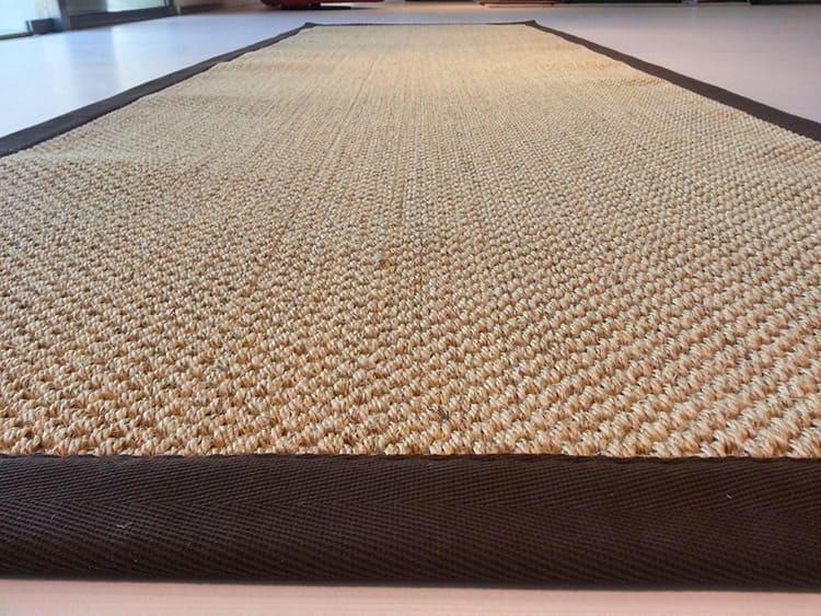 Плетёные циновки довольно скользкие, так что латекс надёжно фиксирует дорожку или коврик на полу в нужном вам месте