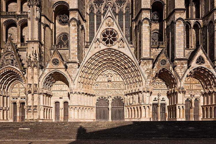 На фронтонах некоторых церквей западные порталы настолько близко расположены между собой, что заполняют всю площадь низа здания