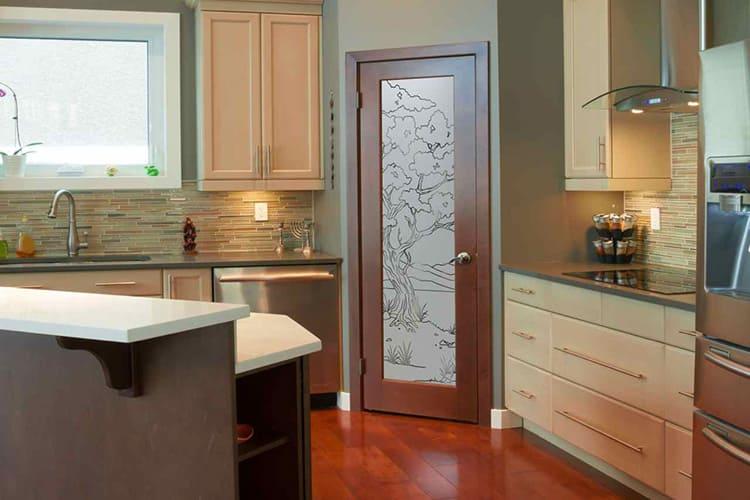 Для притока естественного освещения дверное полотно кухонной двери оборудуют матовой стеклянной вставкой