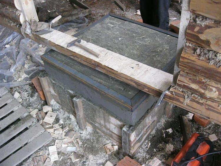 До начала эксплуатации бани бетонное основание печи должно хорошо просохнуть, для этого потребуется примерно месяц